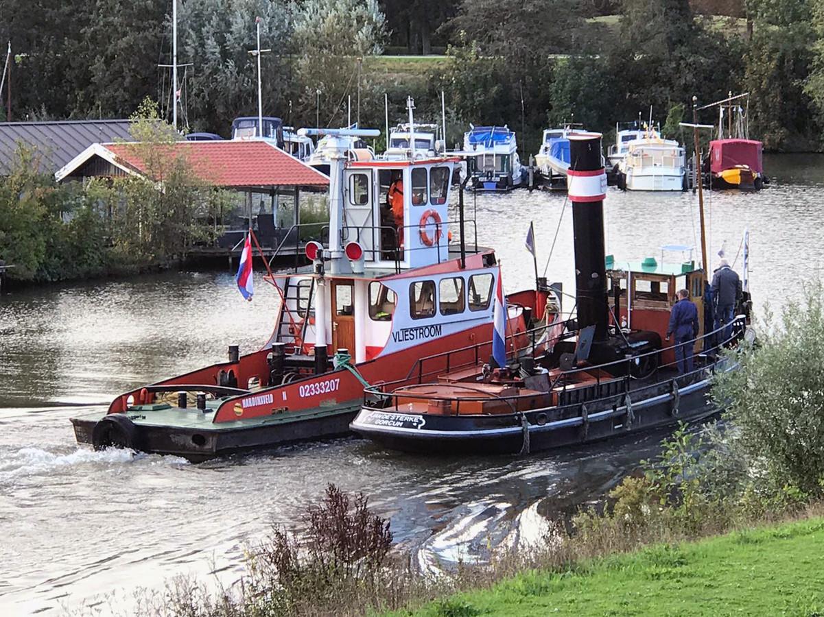 Stoomsleper Jan de Sterke wordt door werkschip Vliestroom naar de werf van Damen Hardinxveld begeleid.