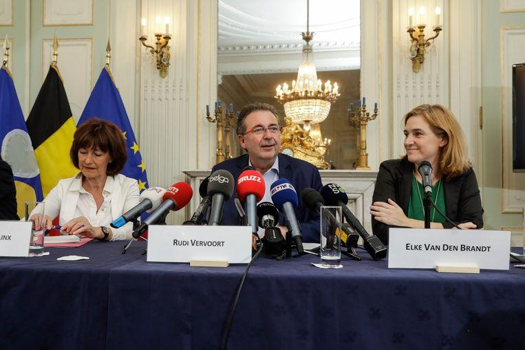 Laurette Onkelinx, Rudi Vervoort en Elke Van den Brandt tijdens een persconferentie gisteren. Beeld BELGA
