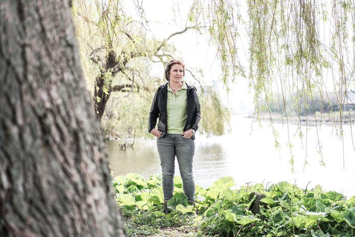Erna Eskes bij de boom van haar omgekomen zoon Gerben.