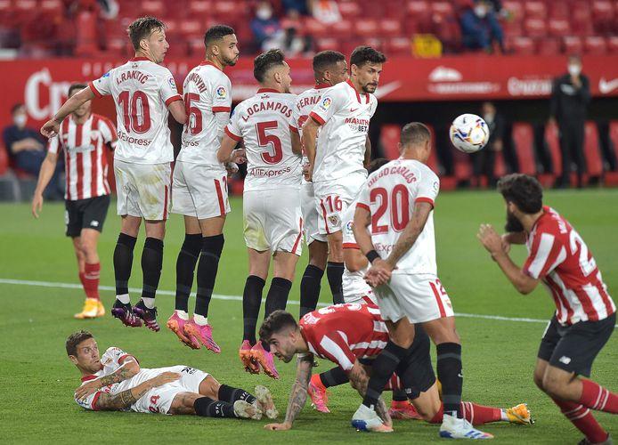 Sevilla-spelers vormen een muur in de thuismatch tegen Bilbao.