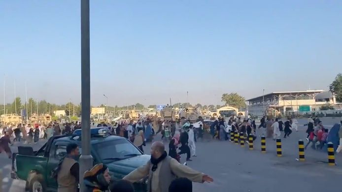Duizenden Afghanen zijn op het tarmac doorgedrongen, in een poging hun land te ontvluchten nadat de taliban de macht hebben gegrepen.
