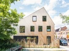 La banquette de fenêtre est l'élément visuel fort de la maison de Jan et Sabine