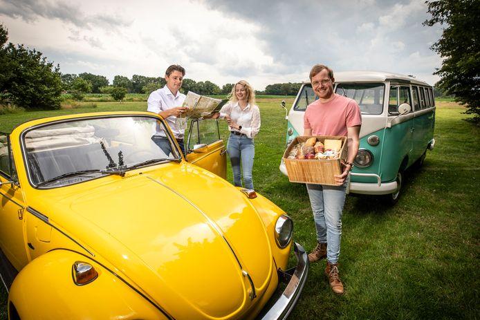 Event Creators uit Weerselo heeft een nieuwe manier van daten in het leven geroepen: in een Kever Cabrio! Op de foto vlnr: Jan Hein Droste, Aniek Fokkert en Koen olde Hanter van Aanstreekelijk.
