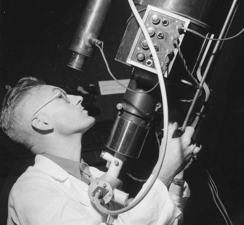 Kees de Jager kijkt door de merzkijker van de Utrechtse sterrenwacht, 1953.