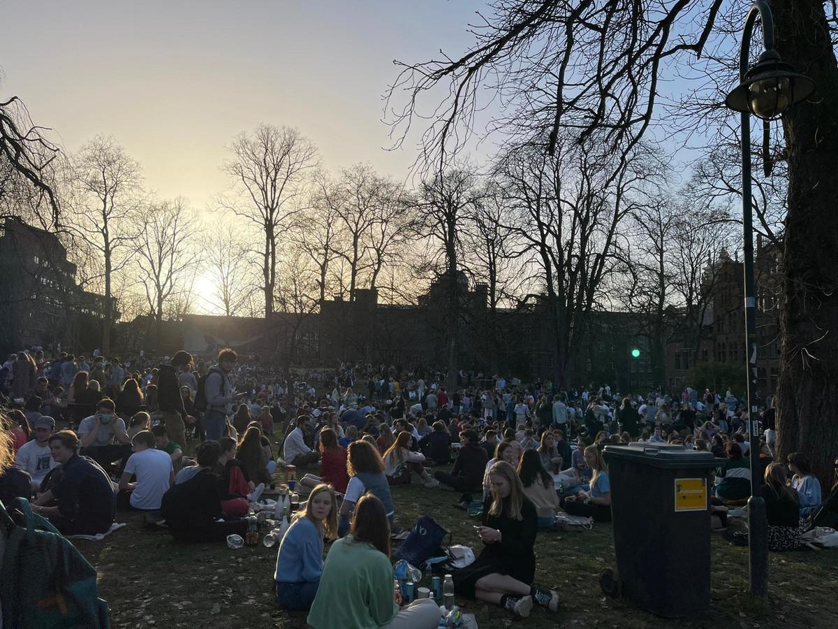 Het Sint-Donatuspark in Leuven kreeg woensdag wel erg veel studenten op bezoek door het goede weer.