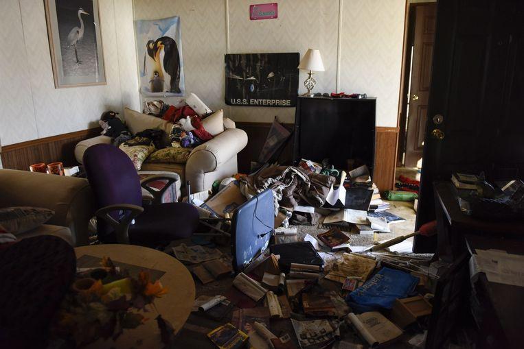 Inwoners van Fenton, in Missouri, nemen de schade op na de overstromingen. Beeld afp