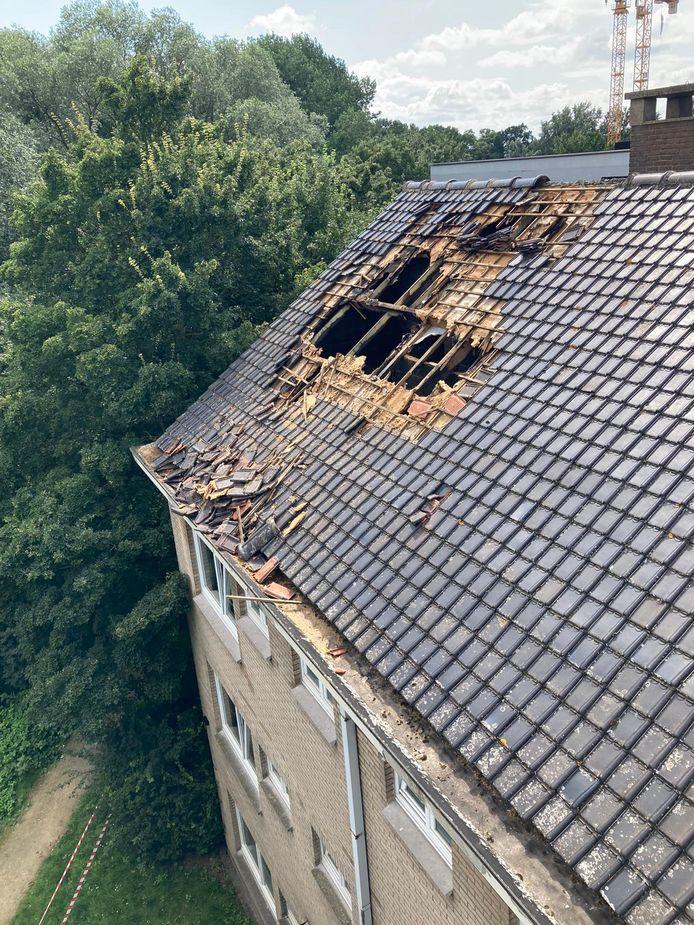 Door de brand raakte het dak stevig vernield.