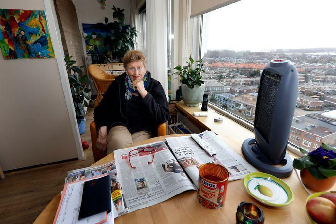 Toos Oldenburg zit aan tafel met haar kacheltje bij een aangebroken blik tomatensoep