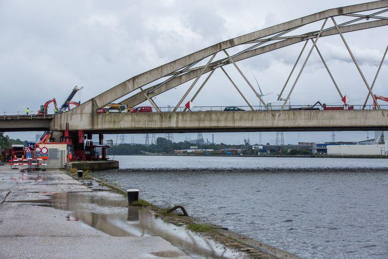 Gisteren startten de werken om de brug over het Albertkanaal, meer bepaald op de Westerring, op te vijzelen. De brug wordt iets meer dan 2 meter verhoogd tot 9 meter.
