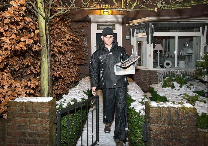 Reportage over de krantenbezorging. Krantenbezorger Ivo gaat met zijn kranten langs de deuren. Foto: Joyce van Belkom/Pix4Profs