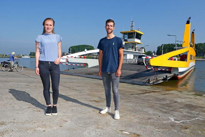 Lisa Brokking en Jarri Stravers van Young4Waard voor de pont naar Schoonhoven.