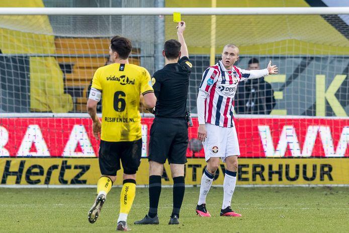 Scheidsrechter Jochem Kamphuis was op 9 januari in Venlo de laatste arbiter die Sebastian Holmén een gele kaart gaf.