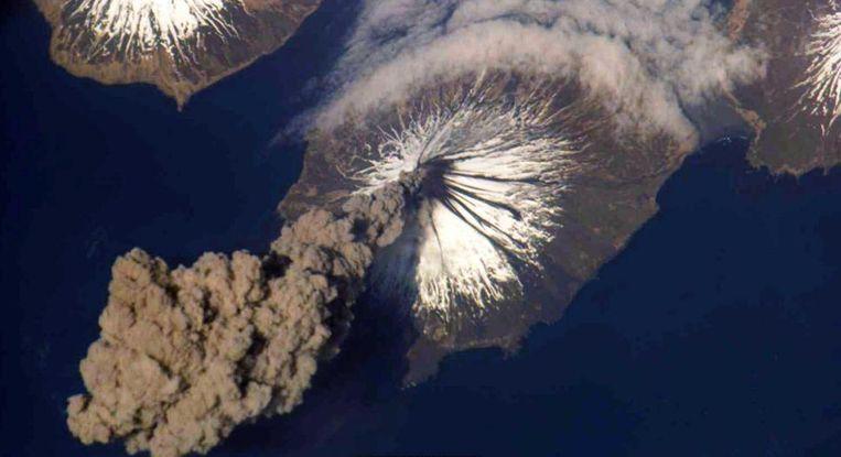 Een vulkaanuitbarsting vanuit de ruimte bekeken.