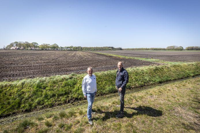 De bestuursleden Kees van Dorth (links) en Herbert Gerritsen Mulkes van de Stichting Duurzame Energie Wierden-Enter bij de plek in Hoge Hexel waar de stichting een tweede zonnepark wil exploiteren.