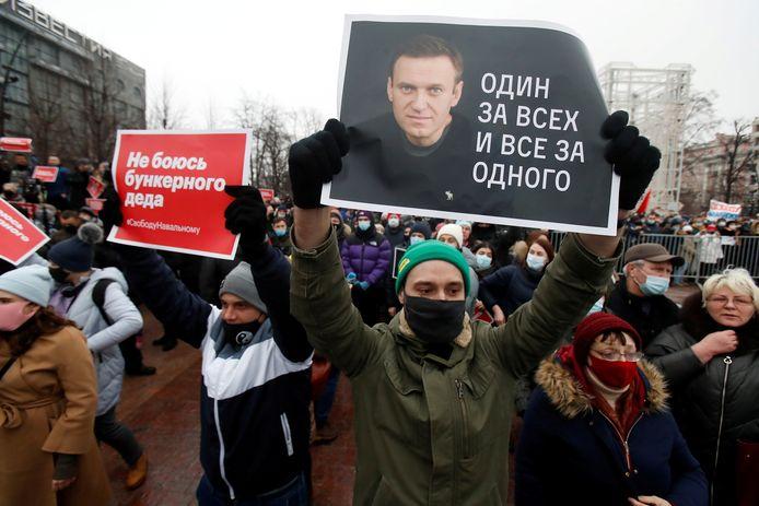 """Archiefbeeld ter illustratie. Betogers steunen de gearresteerde opposant Alexei Navalny met affiches met daarop de slogan """"Een voor allen, allen voor één"""". Navalny zit een gevangenisstraf uit omwille van fraude, verschillende van zijn vertrouwelingen worden vervolgd of zijn al veroordeeld."""
