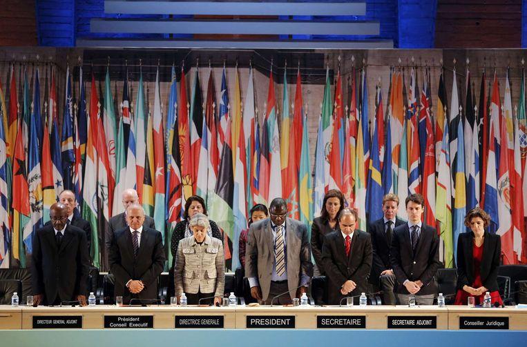 Het vieren van het 70-jarig bestaan van de UNESCO in Parijs is tijdelijk onderbroken door de minuut stilte. Beeld afp