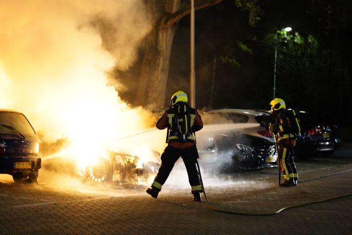 De brandweer probeert de vlammenzee te blussen.