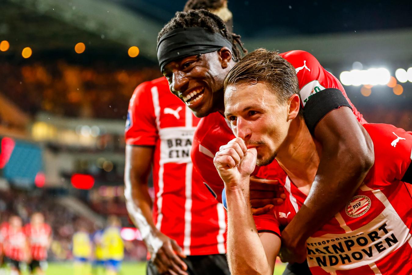 Olivier Boscagli (r)en Noni Madueke vieren de 4-1.