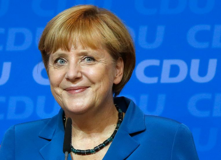 German Chancellor Angela Merkel smiles as she addresses supporters at the party headquarters in Berlin, Germany, Sunday, Sept. 22, 2013. An exit poll indicates that Merkel's conservatives have emerged by far the strongest force in Germany's election, though it's unclear whether her coalition partners will stay in parliament. (AP Photo/Michael Sohn) Beeld AP