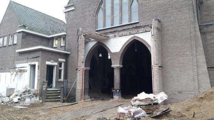Een deel van de Boschwegse kerk wordt gesloopt. De zon kan nu binnen schijnen.