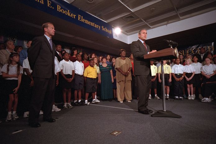 President George W. Bush spreekt een eerste keer het volk toe.
