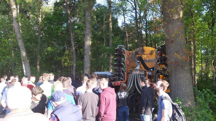 Zo'n veertig boeren houden een tegenprotest vlakbij de bezette stal in Boxtel.