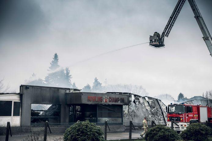De uitslaande brand in de nacht van zaterdag op zondag liet niets van de bowling in Zonhoven over.