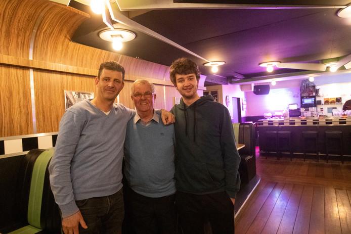 Noud Sanders, geflankeerd door zijn zoon Johan en kleinzoon Dave.