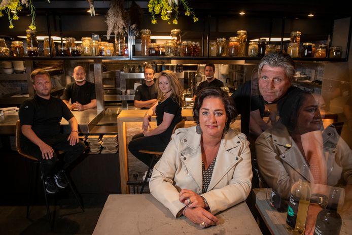 Jonnie en Thérèse Boer en hun Zwolse team, vorig jaar in hun Brass Boer Zwolle. Nu komt er ook een versie op Curaçao