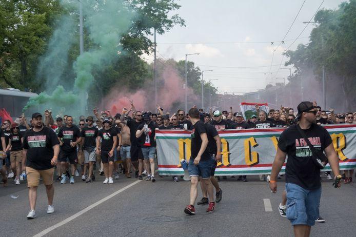 In het zwart geklede Hongaarse fans voor de match tegen Frankrijk.