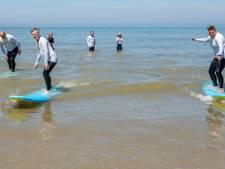 Surfen bij Domburg om trauma's te verwerken: 'Het lukt weer om te lachen'