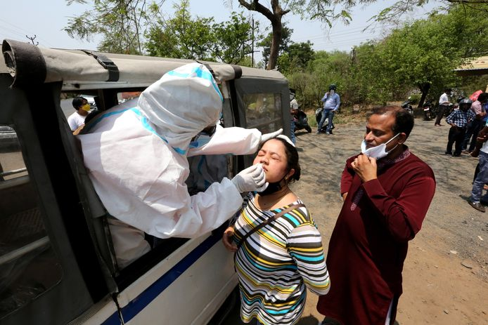 Een vrouw ondergaat een coronatest in Bhopal, India.