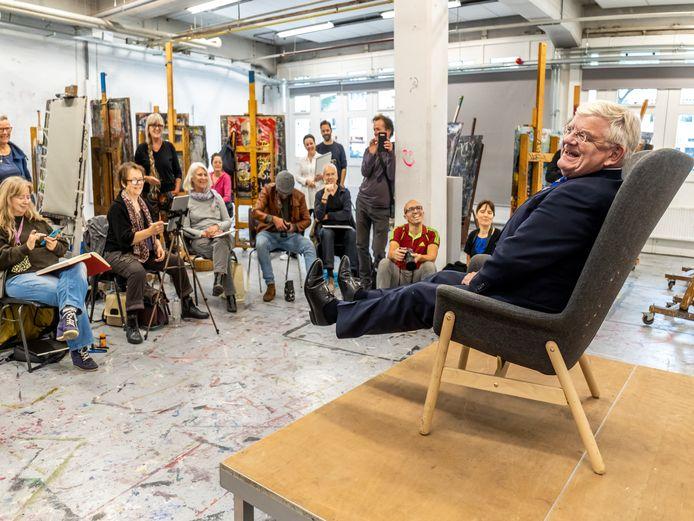 Oud-burgemeester Jan van Zanen poseert voor de kunstenaars.