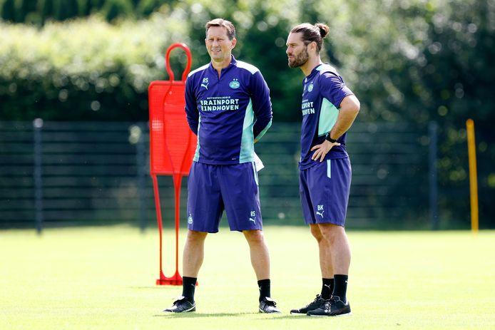 Roger Schmidt en Benjamin Kugl tijdens de training van PSV.