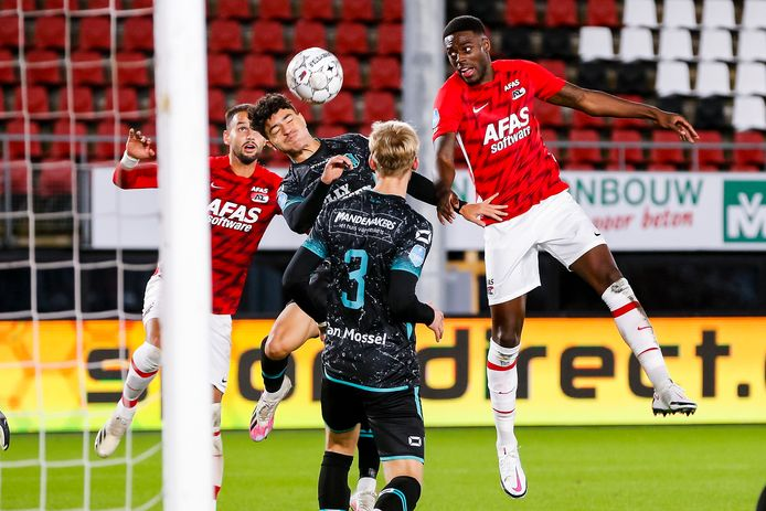 In Alkmaar lag RKC eerder dit seizoen voortdurend onder vuur. De schade bleef met 3-0 nog beperkt.  Ayman Azhil probeert de bal uit de doelmond te koppen, terwijl hij belaagd wordt door Bruno Martins Indi (rechts).  Op de rug Melle Meulensteen.