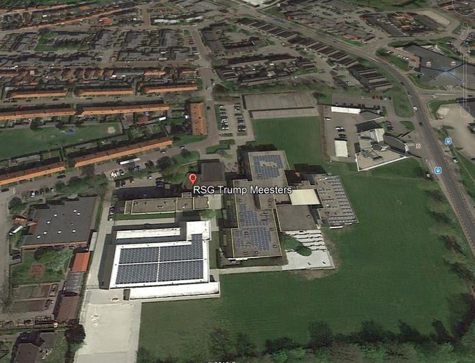 Een van de twee vestigingen van RSG Tromp Meesters in Steenwijk wordt door Google Earth steevast 'Trump' Meesters genoemd. De school probeert er al drie maanden vanaf te komen. Tot nu toe zijn de pogingen vergeefs... Bron beeld: Google Earth
