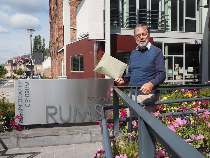 Frans Baes kwam zijn bezwaarschift met petitielijst tegen de komst van windmolens woensdag overhandigen op het gemeentehuis van Rumst.
