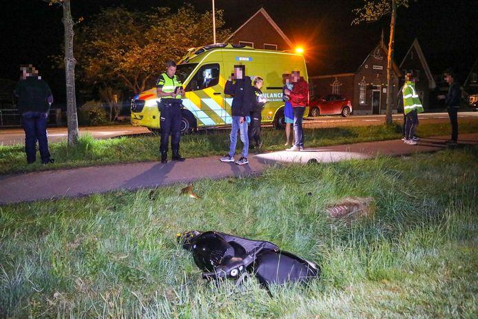 De politie nam na het scooterongeval in Teuge ter plaatse verklaringen op.