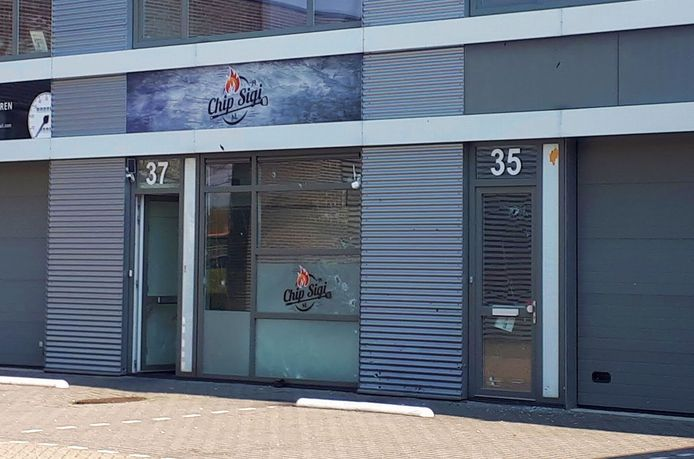 De zwaarbeschadigde gevel van restaurant Chip Sigi aan de Laan van Haamstede in Den Haag. De gevel is beschoten en er is een explosief afgegaan.
