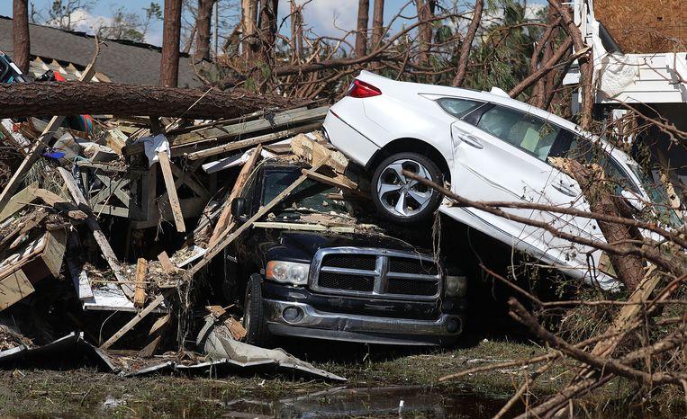 Auto's liggen op elkaar na de doortocht van orkaan Michael in Mexico Beach.
