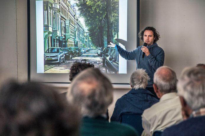De Haagse schilder Titus Meeuws geeft uitleg over het project in de koffiezaal van de Maranathakerk.