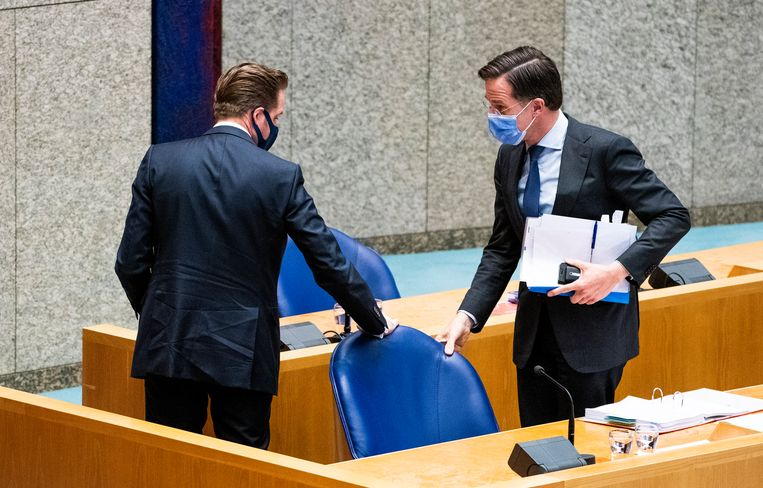 Demissionair minister Hugo de Jonge van Volksgezondheid en premier Mark Rutte tijdens een schorsing van het debat donderdagavond over versoepeling van de coronamaatregelen.  Beeld Freek van den Bergh / de Volkskrant