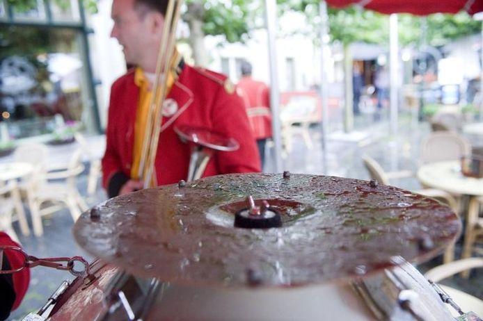 Af en toe brak de zon door, maar ook in Bergen op Zoom viel zaterdagmiddag vooral veel regen. Resultaat: bandjes onder bomen en afdakjes, publiek in winkeldeuren en onder terrasluifels. En af en toe wat druppels op een instrument. foto's Tonny Presser/het fotoburo