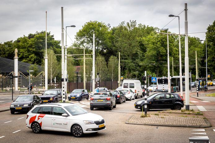 De Van Aerssenlaan, bij de oude entree van Diergaarde Blijdorp, kampt met veel sluipverkeer sinds een vanwege verkeersexperiment een baan is afgesloten op de Statenweg