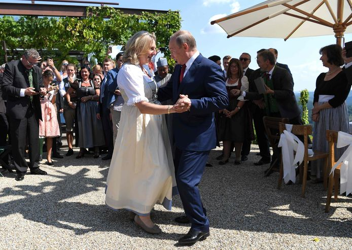 De Oostenrijkse minister van Buitenlandse Zaken Karin Kneissl en de Russische president Vladimir Poetin.