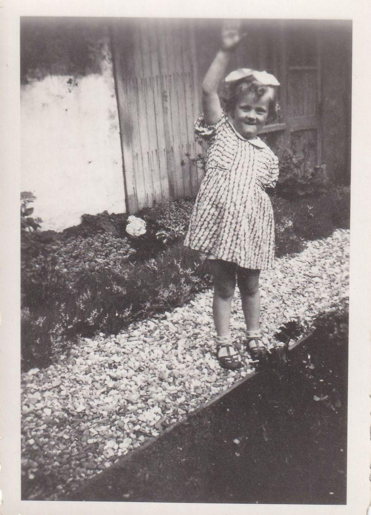 Gonny van Stigt, ongeveer 8 jaar oud, in de Volkerakstraat. Beeld Familie Van Stigt