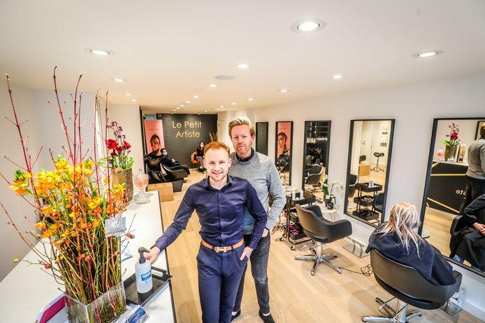 Mieck De Schuyter en Tom Louis in de vernieuwde kapperszaak Le Petit Artiste.