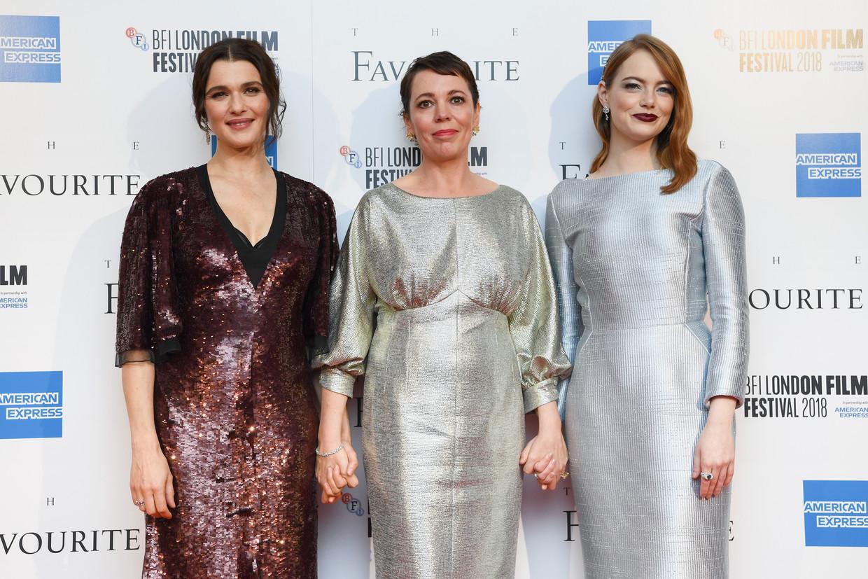 Van linksaf: Rachel Weisz, Olivia Colman en Emma Stone op de première van The Favourite in Londen.  Beeld Getty Images