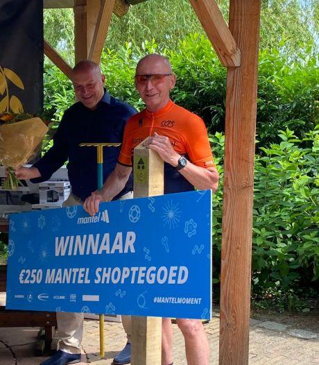 Onderhoudsploeg MTB-route Hellendoorn krijgt prijs Gouden Schop persoonlijk overhandigd bij De Wilgenwaerd