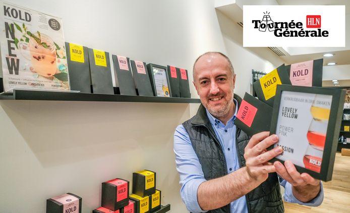 Bart Deprez, met een pakket KOLD-ijsthee in de tijdelijke winkel van Viva Sara in de Korte Steenstraat